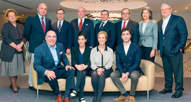 Cem Kent, Defne ve Muhtar Kent Eğitim Vakfı Yönetim kurulu üyeleriyle birlikte.